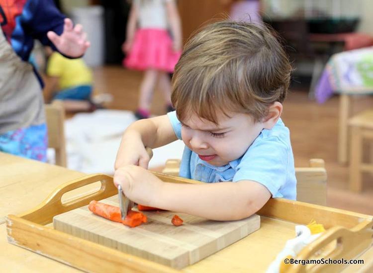 Ребёнок режит морковку