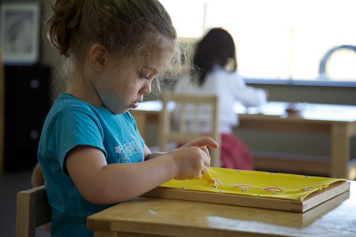 Девочка сосредоточена на работе