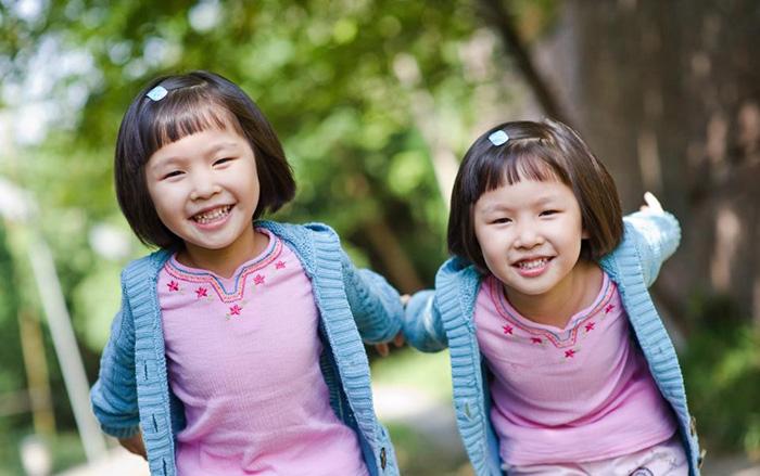 twin-asian-girls-playing