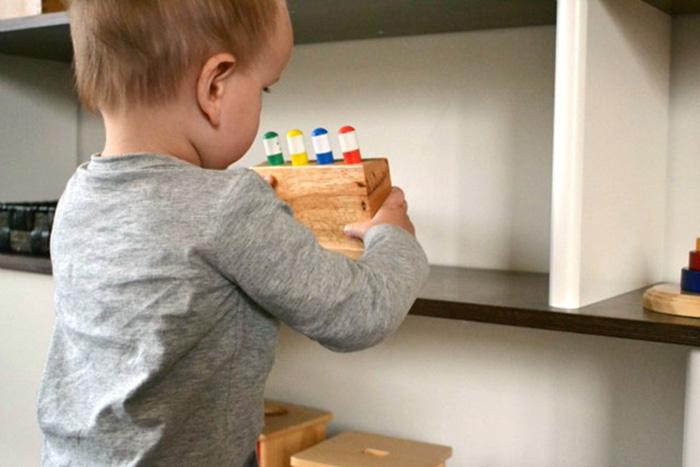 Низкая полочка для игрушек позволяет поддерживает самостоятельность ребёнка