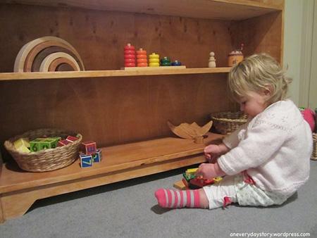 Ребёнку легче выбрать себе занятие, когда перед ним небольшое количество игрушек на полке