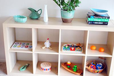 Расположение игрушек на низкой полке по Монтессори