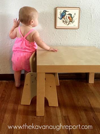 Ребёнок рассматривает картину на стене