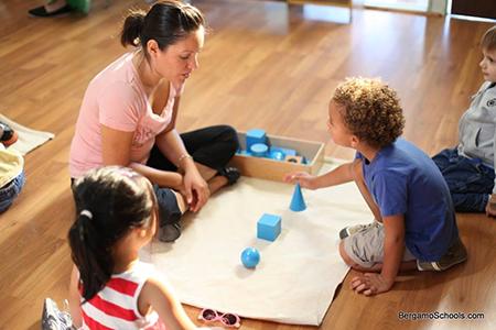 Монтессори-педагог презентует материал в Монтессори-саду для детей от 3 до 6 лет