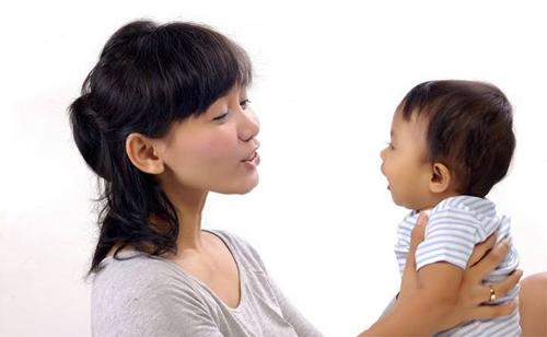 Младенец наблюдает за движением рта взрослых