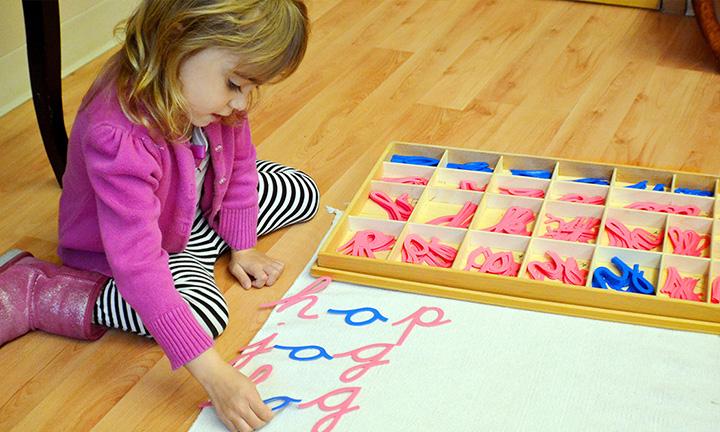 Ребёнок составляет слова из букв подвижного алфавита