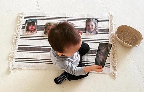 Ребёнок работает с карточками по методу Монтессори