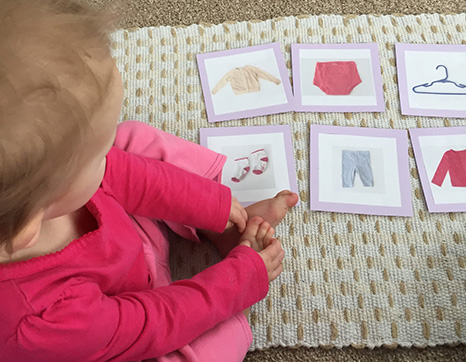 Ребёнок работает с Монтессори-карточками